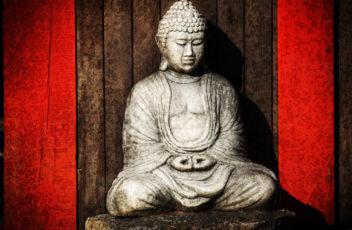 Buddha mit rotem Hintergrund