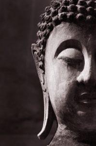 Ein Gesichtsausschnitt eines grauen Thai-Buddhas